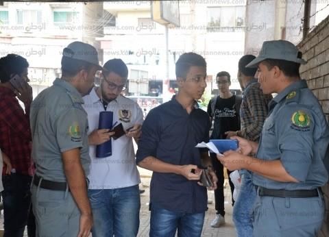بالصور| تشديدات أمنية على بوابات جامعة المنصورة.. وأمن نسائي للتفتيش