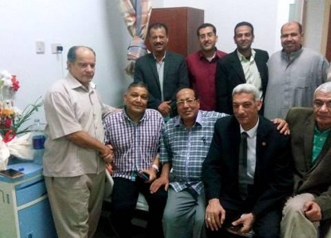 مدير قصر ثقافة سوهاج يزور الشاعر عبدالناصر علام في مستشفي الأورام