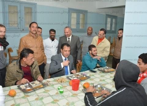 """نائب رئيس جامعة أسيوط يشارك الطلاب المغتربين وجبة الغداء بمبنى """"د"""""""