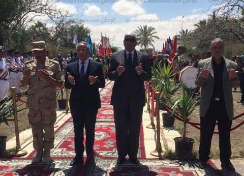 محافظ شمال سيناء يضع إكليل الزهور على قبر الجندي المجهول بالمحافظة