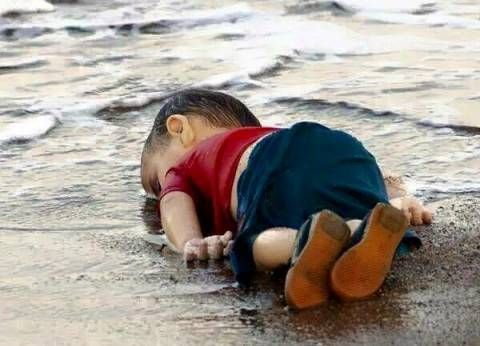 """""""ديلي ميل"""" عن غرق الطفل السوري: الضحية الأكثر شفقة.. جعل العالم ينتفض"""
