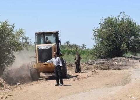 حملة نظافة لرفع القمامة والمخلفات بقرية أتليدم في المنيا