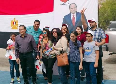 رغم الحرارة والتراب.. المصريون ينتخبون بالبحرين: الوطنية تتحدى الطبيعة