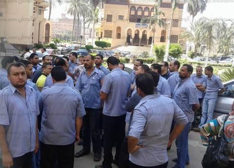 أفراد الأمن بالمستشفى الجامعي في شبين الكوم يضربون عن العمل للمطالبة بالتثبيت