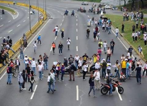شرطة فنزويلا: متظاهرون يقطعون أكبر الشوارع الرئيسية في كراكاس
