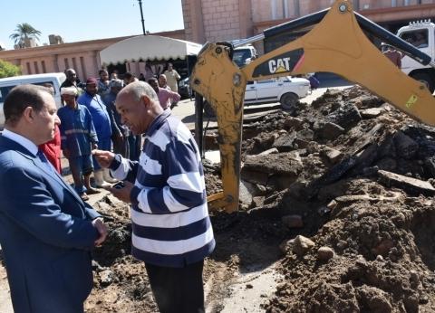 نائب محافظ أسوان يتابع إصلاح خط مياه الشرب بميدان المحطة