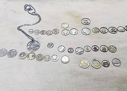 إكسسوارات من العملات المعدنية.. فن تشكيلى بمنشار «آركت»