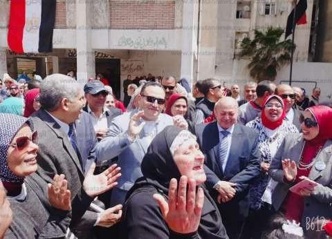 محافظ الإسكندرية يلتقي الطلاب المحتشدين لتأييد تعديل الدستور