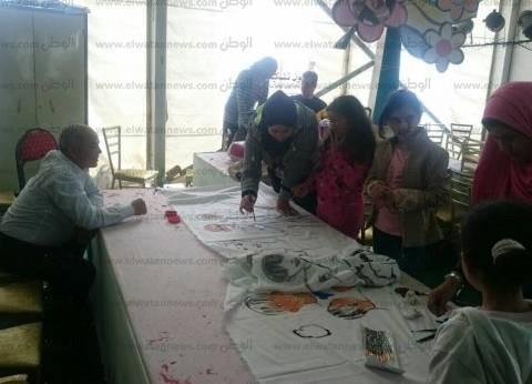 على أقمشة بيضاء.. الأطفال يسجلون طموحاتهم بمعرض الكتاب