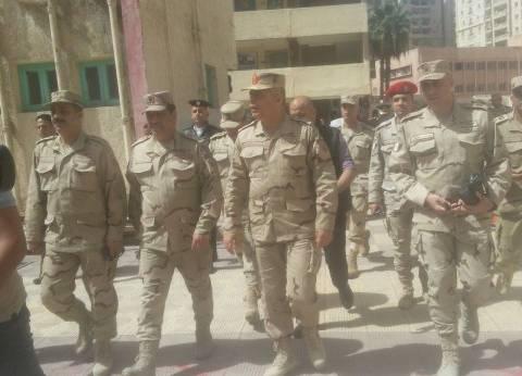 قائد المنطقة الشمالية يتفقد مدرسة محمد كريم شرق الإسكندرية
