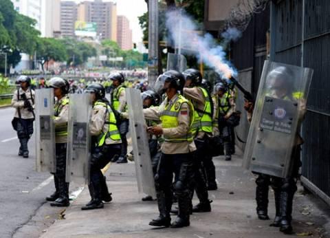 شرطة فنزويلا تشتبك مع معارضي الرئيس نيكولاس مادورو في شوارع كاراكاس