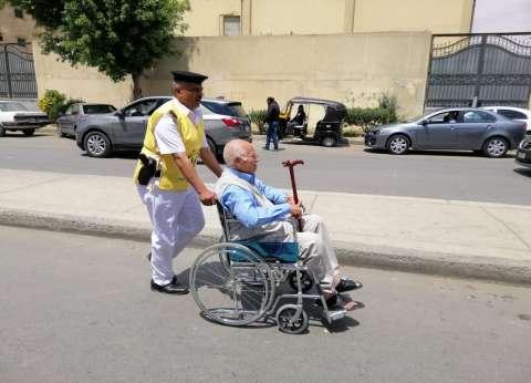 كراس متحركة لنقل كبار السن للتصويت في الاستفتاء بلجان 6 أكتوبر