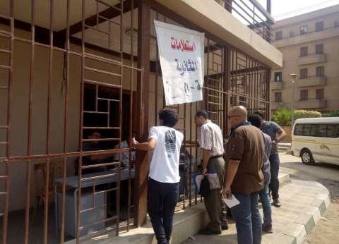 توافد الطلاب على لجنة الاستعلامات بجامعة القاهرة للاستفسار عن التنسيق