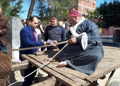"""مسن يدلي بصوته في الاستفتاء على عربية """"كارو"""" بكفر الشيخ: مصر بتنادينا"""