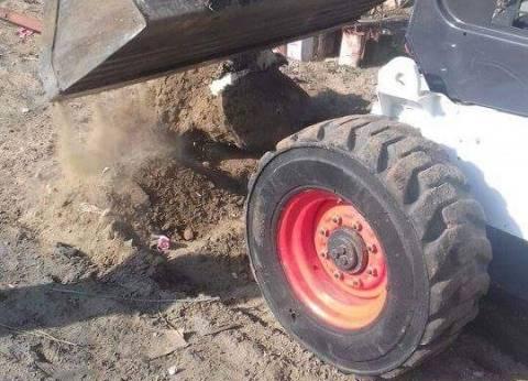 بالصور| حملة لإزالة أعمدة إنارة لمبان مخالفة على طريق ميناء دمياط