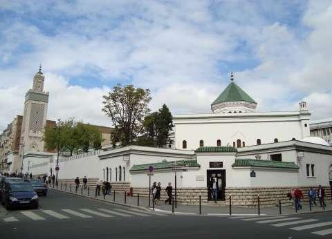 توزيع منشور يدين الإرهاب في 2500 مسجد بفرنسا أثناء صلاة الجمعة