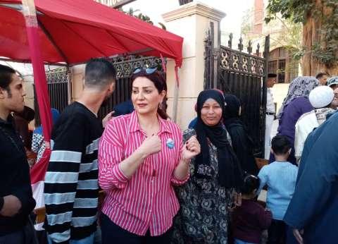 وفاء عامر تدلي بصوتها في الاستفتاء على الدستور بجاردن سيتي