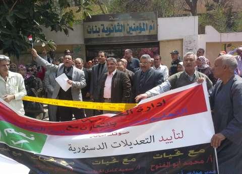 """مسيرة لموظفي """"التعليم"""" أمام لجان العمرانية: كبار السن والنساء بالصدارة"""