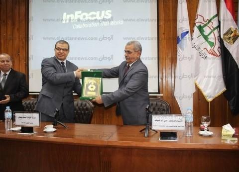 بالصور| وزير القوى العاملة ونائب رئيس جامعة كفر الشيخ يتبادلان الدروع