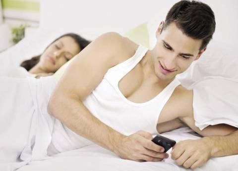 خيانة الزوج تبدأ من «التليفون».. وتنتهى بـ«الطلاق أو الخُلع»