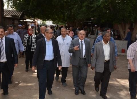 رئيس جامعة أسيوط يبحث توفير التجهيزات الطبية لمستشفىالإصابات الجديد