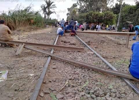 بالصور| أهالي قرية بالمنوفية يقطعون السكة الحديد بعد سقوط طالب من قطار