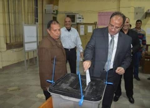 بالصور| محافظ البحيرة يُدلي بصوته في إعادة انتخابات دمنهور ويتفقد اللجان