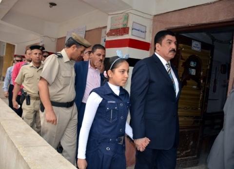 """محافظ القليوبية يكرم ابنة الشهيد """"أبو زيد"""" في أول يوم دراسي ببنها"""