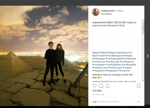 مصور دنماركي ينشر مقطعا إباحيا مع صديقته أعلى الهرم