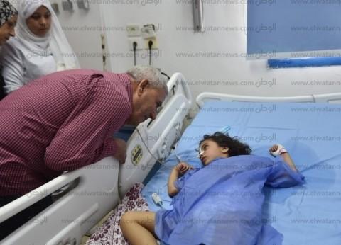 بعد استغاثتها.. محافظ مطروح يزور طفلة داخل عناية المستشفى العام