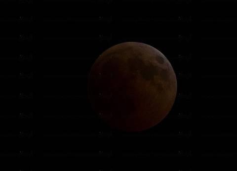 """""""البحوث الفلكية"""": المريخ ظهر كنجم يلمع أسفل القمر أثناء الخسوف"""