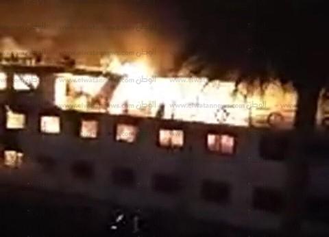 بالصور| حريق هائل بمركب نيلي على كورنيش المعادي.. و8 سيارات للإطفاء