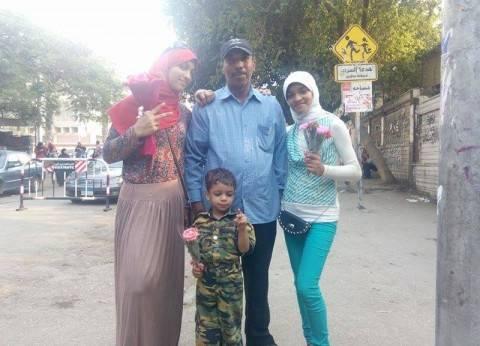 في اليوم الثاني للانتخابات.. أسرة تهدي ضباط الجيش باقة ورد
