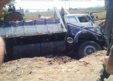 إصابة سائق وشقيقه في انقلاب سيارة بسوهاج