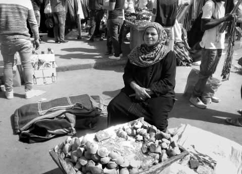 «أم محمد».. كوز عسل نازح من نجع حمادى إلى العتبة: «يا حلاوة الصعيد»