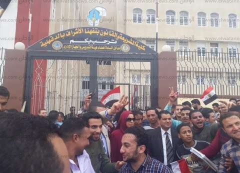 """بالأعلام.. طلاب """"شريعة الأزهر"""" في مسيرة لتأييد التعديلات الدستورية"""