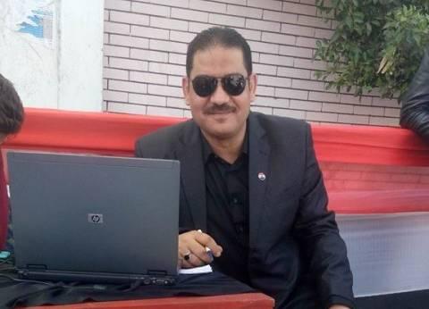 """""""عبدالله"""" في خدمة الناخبين بـ""""لاب توب"""" وعصائر ومياه: مصر ليها حق علينا"""