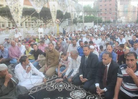 بالصور| مساعد محافظ كفر الشيخ يؤدي صلاة العيد ويوزع الحلوى في دسوق