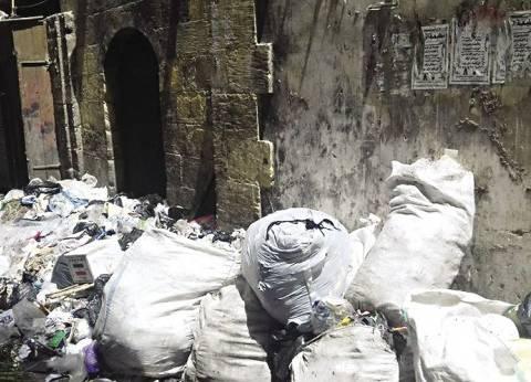 أكوام «القمامة» تعكر صفو ليالى رمضان فى «قبة الغورى»
