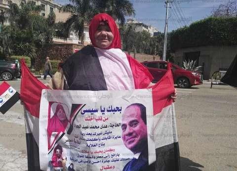 """في ليلة الانتخابات.. """"هدى"""" تحيك فستانا من علم مصر: نفسي أشوف السيسي"""