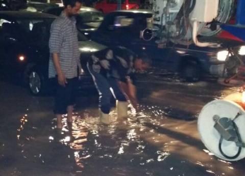 بالصور| انفجار ماسورة مياه على كورنيش الإسكندرية