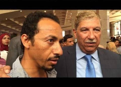 """محافظ الإسماعيلية لشاب بملتقى التوظيف: """"إشبط في شغلانة تحققلك أحلامك"""""""