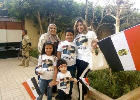 أسرة تدعم السيسي في مشهد يكسر رتابة العملية الانتخابية