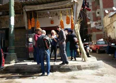 السفير البريطاني يتجول مع أسرته بالإسكندرية.. ويشرب عصير قصب في الشارع