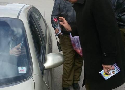 نائب مدير أمن البحيرة يوزع الورود على المواطنين في عيد الشرطة