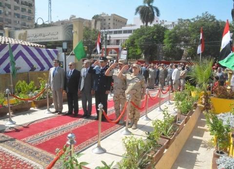 محافظ المنيا يضع إكليل زهور على النصب التذكاري احتفالا بنصر أكتوبر