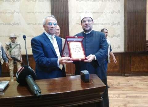 محافظ شمال سيناء يهدي وزير الأوقاف درع المحافظة في مؤتمر شعبي بالعريش