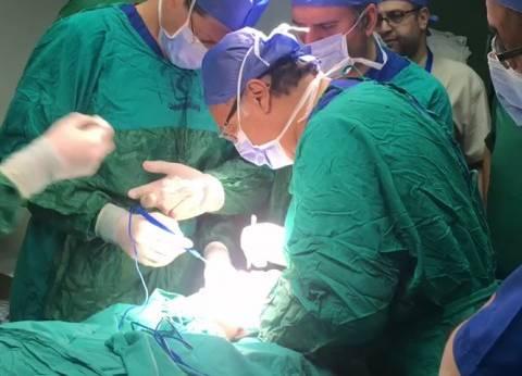 وزير الصحة يجري عمليتين جراحيتين لسيدة وطفلة من مصابي المنيا