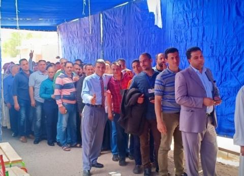"""عمال """"الإدارية"""" يصوتون ويهتفون: """"الجيش والشرطة والشعب إيد واحدة"""""""