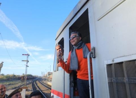 صور| وزير النقل يستقل قطار المنيا إلى بني سويف لمتابعة تطوير الإشارات
